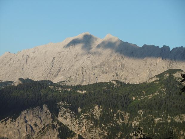 Den hier sichtbaren Grat über die Wettersteinwand habe ich am 22.06.17 begangen. Von der mittleren Scharte der Drei Scharten (ganz rechts) bin ich nach Norden zur Wettersteinalm abgestiegen.