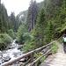 Bei noch trockenem Wetter über eine der vielen Brücken über die Clemgia