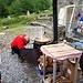 Sul retro si prepara la polenta per il mezzogiorno
