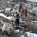 wir steigen über die massiven Gesteinsformationen ab, bis das letzte Stück noch über den Ausläufer des Gletschers führt...