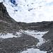 Rückblick auf das heute viel begangene Schneefeld, am rechten Bildrand sieht man noch den Normalweg.