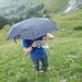 Wirklich praktisch, so ein Schirm im weglosen Gelände.