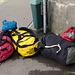 Alles außer dem Mülleimer und der Mauer kommt mit - 70kg Gepäck.
