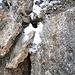 Hier und da noch Schneereste, aber wenig störend. Der Fels ist meist trocken (kein Wunder, bei dem Wind).