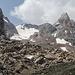 Mit mehr Zoom erkennt man den Gipfel. Links davon der Mazalat-Paß, rechts davon verdeckt der Kaznok East und die Pyramide im Bild ist der Zmeia.