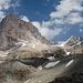Zamok und Pakhhamber, in der Mitte der Gletscher, über den der Normalzustieg erfolgt.