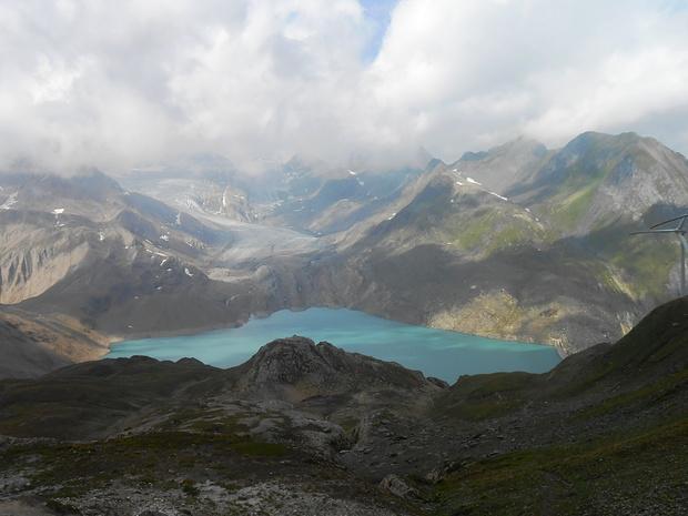 Lago e ghiacciaio del gries visti dalla cima. Il Blinnenhorn, salito qualche settimana fa, come allora, è avvolto dalle nuvole.