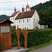 Der Liebesweg startet direkt beim Parkplatz der Kirche in Blatten.