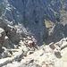 se nei pressi della q. 1500 m / 1550 m circa si seguono gli ometti che rimontano sul filo di cresta, si arriva a questo salto, dove occorrerebbe attrezzare una doppia (clessidre). Quindi abbiamo deciso di tornare indietro fin dove ci si poteva abbassare sul versante nord (sx) e riprendere degli ometti che aggiravano questo torrione roccioso