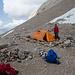das Zelt steht, die Mauer ist noch etwas klein.