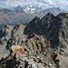 """beim Abstieg auf dem Grat, in der Vergrösserung ist das """"Kettengeländer"""" auf dem Grat gut sehbar."""