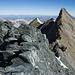Blick zur Gipfelmadonna (links) und zum Verbindungsgrat auf das Nadelhorn