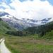 flach durch den Talgrund, bevor es weiter hinten im Tal hinauf zur Alp Muot Selvas geht