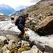 Pronto per il salto del fiume e il passaggio sulla sponda destra