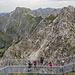 """Der neue Nordwand-""""Skywalk"""" am Nebelhorn. Dahinter der Grat des Klettersteiges."""