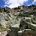 Als ich das zweite Mal auf der Crasta Languard zwischen P.3028m und dem 3095m hohen Hauptgipfel in die Westflanke auswich, kletterte ich unmittelbar vor dem Hauptgipfel über schön gestuften Fels wieder zum Grat hinauf. So krass steil wie auf dem Foto aussieht, war es nicht, denn oftmals konnte ich Spuren von Steinböcken folgen - man erahnt auf dem Bild auch den Gratwiederaufstieg der nach links Oben zieht.
