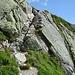Durch diese Felsrinne führt kettengesichert der Wanderweg von der Greina zur Terrihütte