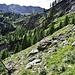 Elegant ist die Wegführung zwischen den Felsbändern unterhalb Cortign auf 1400 m