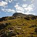 Über Grashänge hoch zur Bergstation des Sesselliftes