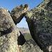 dieses Felsfenster lädt zum überklettern ein