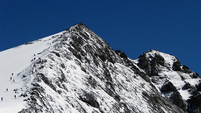 Ein Bild, das draußen, Schnee, Berg, Himmel enthält.  Automatisch generierte Beschreibung