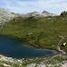 Der erste Bergsee der Wanderung zeigt sich.