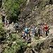 Überforderte Kletterergruppe mit grünen Helmen