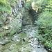 Wasserlauf in dem schluchtartigen Tal im unteren Abschnitt der Wanderung.