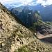 Abstieg vom Altmannsattel, unten queren wir das Geröllfeld auf deutlichen Spuren.