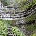 der Steig führt an diese formidable Felswand, -schicht, heran ...