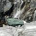 Grüner Fels vor fallendem Wasser