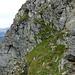 Besser nicht zu tief ins Val Soi hinunter schauen...das ausgesetzte Zustiegsband zur Laghetto SW-Flanke