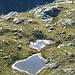 Tiefblick zu den glitzernden Seen auf dem Plateau von Laghetto