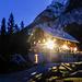 Die Hütte Aljazev Dom im letzten Büchsenlicht