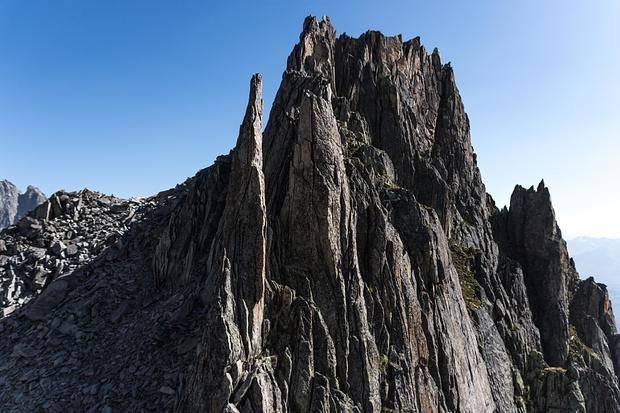 Granitzinnen vom feinsten: Der zweite Gendarm wird linksseitig direkt erstiegen! Schöne Kletterei!