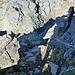 Abstieg in die Scharte zwischen Hohen und Niederen Prijakt, gut versichert, aber fast senkrecht, unten in der Senke hat das Seil keinen Fixpunkt und schwenkt deshalb nach beiden Seiten.