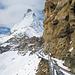 Weiter über Stege der Felswand entlang