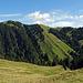 der Kronberg und der Nusshaldensattel, beim Nusshaldensattel gehe ich hinunter zur Alp Kleinbetten, auf der Alp Kleinbetten verkaufen sie sehr guten Alpkäse (Mutscheli)