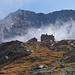 Das Lagginhorn schält sich aus dem Nebel. Vorne die Weissmieshütten