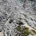 Rückblick zum langen Felsrinnenabstieg; links unten ist das Drahtseil zu erkennen, an welchem - auf den ersten Blick - bedrohlich steil hinuntergehangelt werden muss