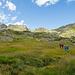 """Reko in weiter Landschaft. Der Einstieg zur """"Cresta dei Corni"""" ist bereits zu sehen. Auf Hikr heisst der Wegpunkt """"Passo Morghirolo"""". Ich bin mir aber nicht sicher, ob das wirklich ein """"Pass"""" ist..."""