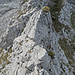 man findet immer ein Weg über den Grat der gut machbar ist, hier ist es z.B. in der Bildmitte die schräge kleine Fläche auf der linken Seite vom Grataufschwung die weiterführt.
