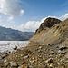 Wir steigen erst bei der Fuorcla d'Arlas nach einem Stück über die Moräne (rechts im Bild) auf den Gletscher. Uns erscheint dies einfacher als der Abstieg über steilen Moränenschutt bei der Fuorcla Trovat (ungefähre Lage im Bild markiert). Die Variante Fuorcla Trovat wäre vermutlich ca. 15 Minuten schneller.