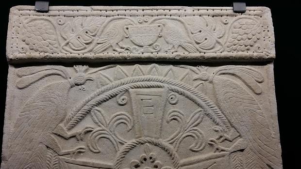 """Un pluteo decorato esposto alla mostra """"Longobardi""""."""