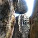Bereits vorbei am Stand von Seillänge 4, aber noch vor der Höhle - und direkt vor der Schusterplakette
