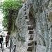 Die eher kühne Treppe rechts ist ein Überbleibsel aus einer früheren Erschliessungsperiode, Teile davon datieren bis zum Anfang des 19. Jhd. zurück