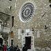 .. und die schlichte Fassade.<br />Für die Türstürze wurde ein römisches Familien-Grabmal entzwei gesägt - Recycling vor fast 1000 Jahren ..