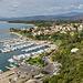 Der Ort bietet einige B&Bs, Hotels und Bootsvermietungen