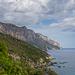 Das erste Ziel, der markante Fels Pedra Longa direkt am Meer, ist schon in Sicht