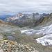 Auf der Rücken zwischen Fuorcla da Bever und Piz Laviner auf ungefähr 3000m. Links die Bergen nordlich von Val Bever, rechts Piz Chembels mit seinem Gletscher.